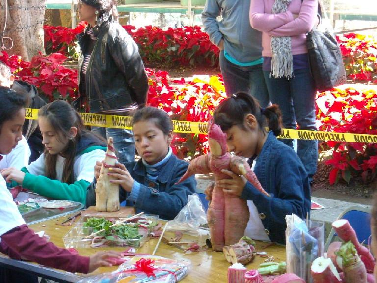 In the morning, kids who registered could make their own radish carvings for free. The only materials allowed to be used were rabanos y palillos (radishes and toothpicks).