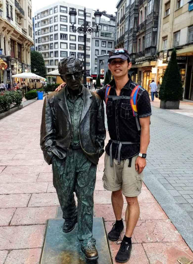 Felix Wong with the Woody Allen statue in Oviedo.