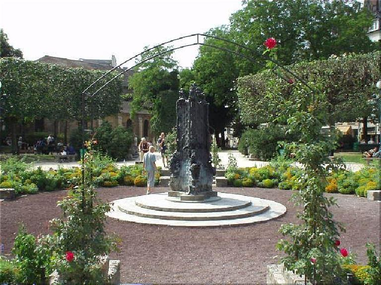 Around the corner from the church of St. Julien-le-Pauvre is this small park.. (August 17, 2003)