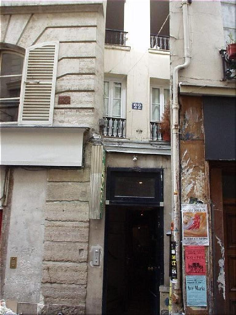 This is the skinniest house in Paris, just two windows wide, at #22 rue St. Severin in the Latin Quarter.. (August 17, 2003)