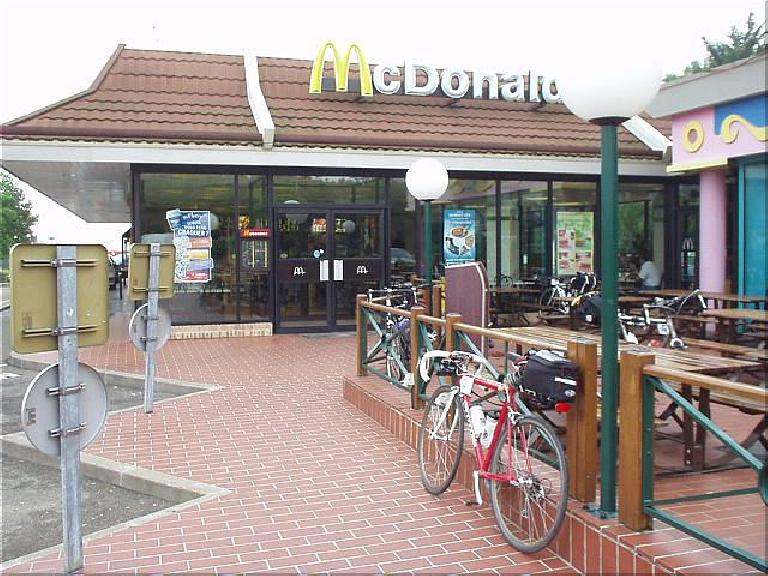 [Afternoon before the race] As it was still a little wet outside, I went to a McDonalds to eat and also sleep inside for 2.5 hours! (August 18, 2003)
