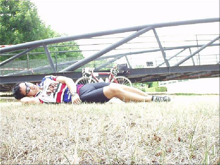 [Afternoon before the race] In the afternoon I attempted to sleep on the grass in front of the gym with no success. (August 18, 2003)