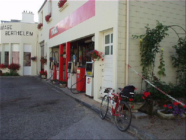 [KM ~549, 35:40 elapsed, 9:40am] At this Total Gas station, I stopped off and bought a Coke and some apricot-filled cookies. (August 20, 2003)