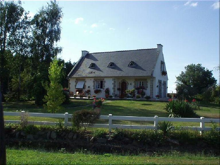 [KM ~701, 44:02 elapsed, 6:02pm] Nice French cottage on lots of green land. (August 20, 2003)