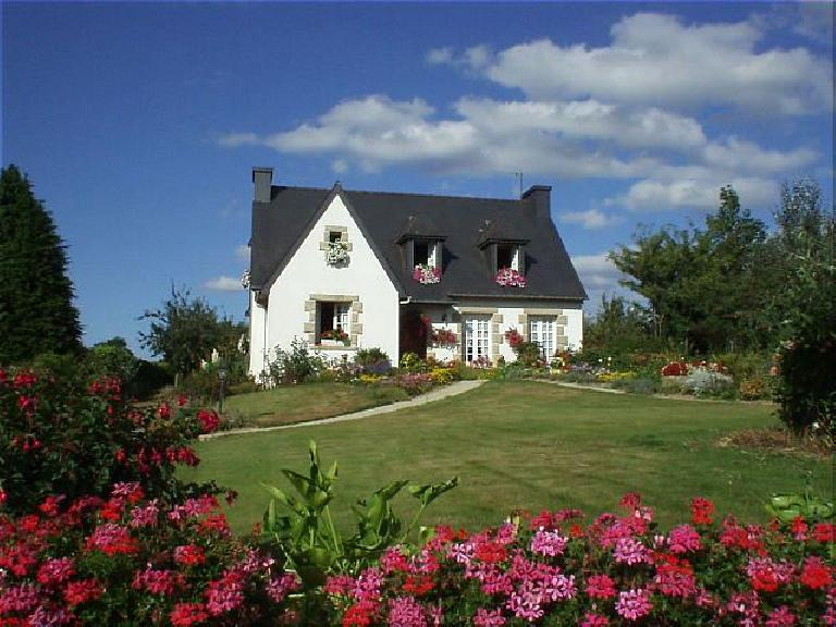 [KM ~706, 44:18 elapsed, 6:18pm] Another nice French cottage, with tons of flowers (as many French homes have)... (August 20, 2003)