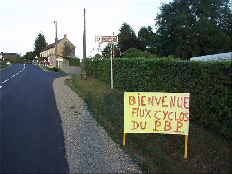 """[KM 1075, 70:23 elapsed, 8:23 p.m.] More encouragement from the locals: """"Bienvenue aux cyclos du P.B.P"""" (August 21, 2003)"""