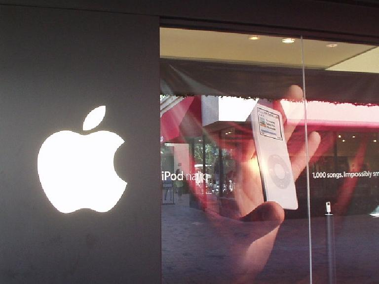There's an Apple Store in Phoenix, hooray!  We went inside to check out the new iPod Nano.
