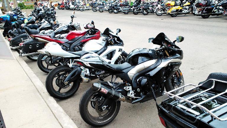 Some Suzuki Gixxers.