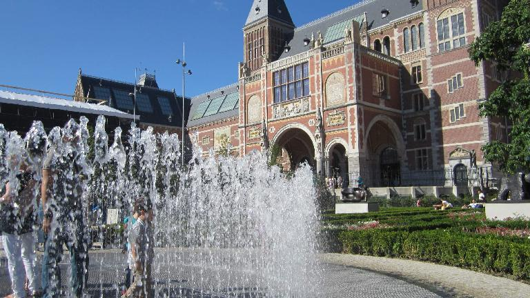 Kids were enjoying running through the shooting fountain outside the Rijksmuseum.