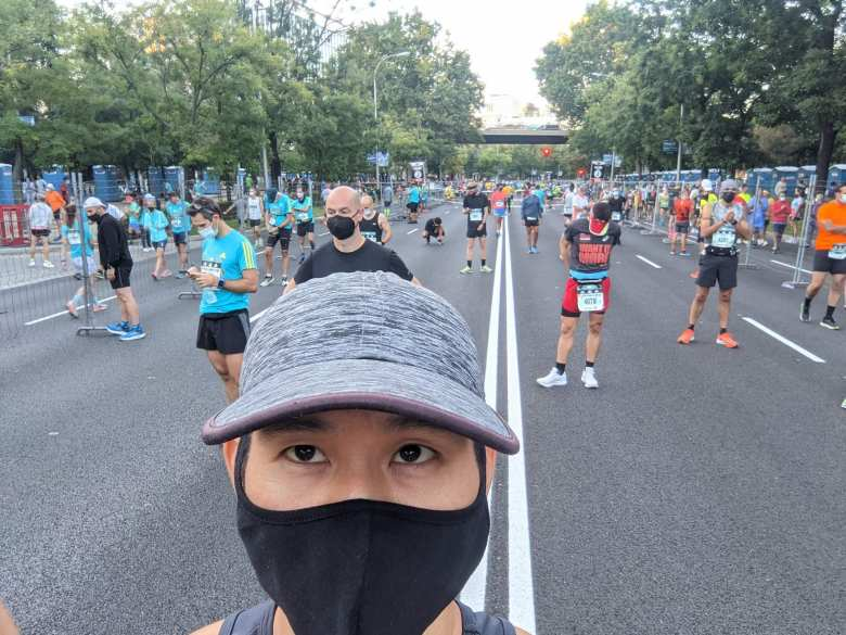 Felix Wong all masked up in Wave J before the start of the 2021 Rock 'n' Roll Madrid Marathon.