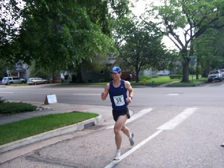 Felix Wong running up Magnolia St., currently in 7th place. Photo: Kerry.