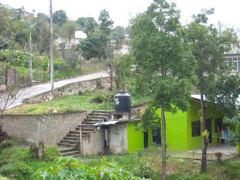 A lime green house in Capulalpan de M̩ndez.