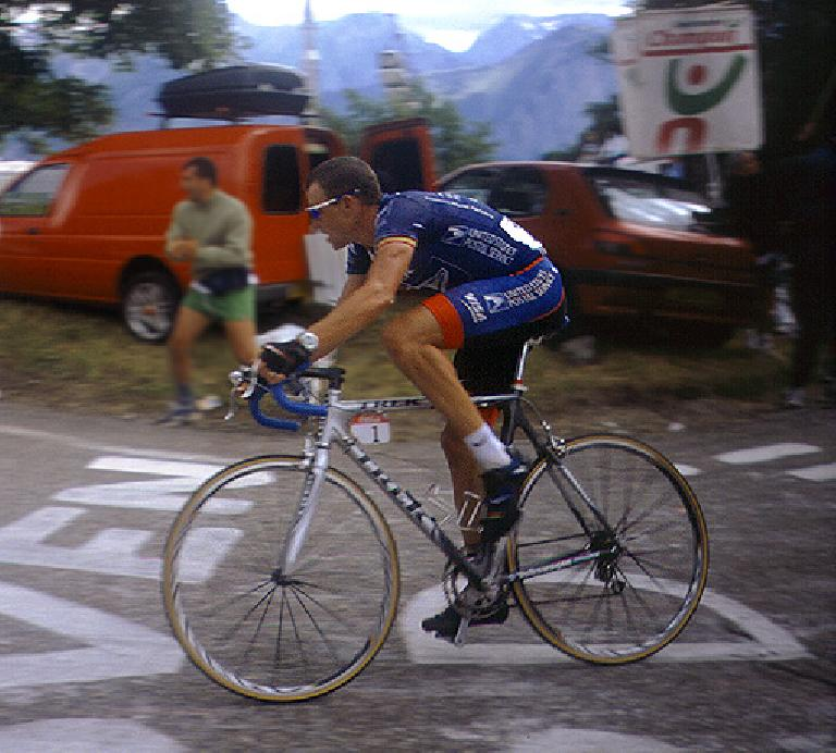 Lance Armstrong on his Trek 5900 in the 2001 Tour de France. Photo: Wikimedia.