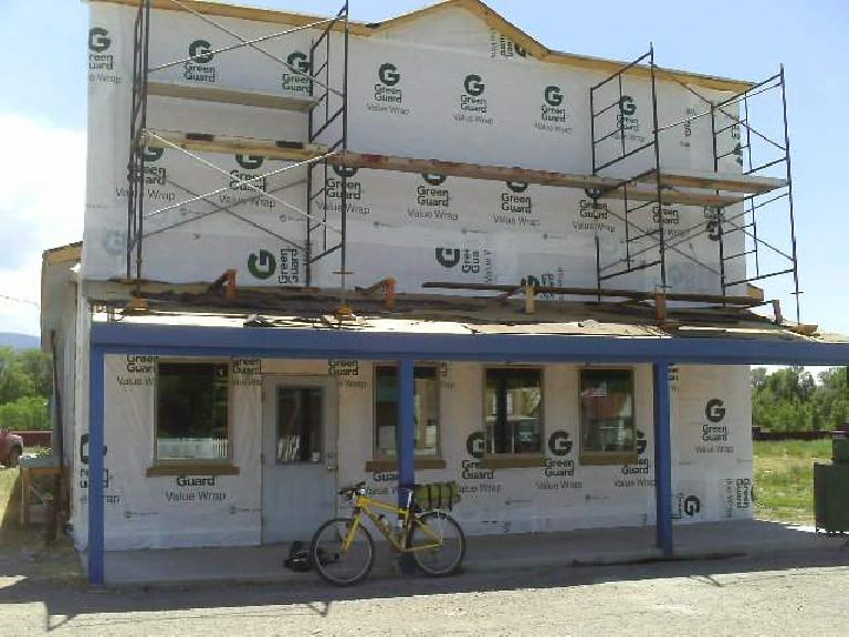 yellow Cannondale F700, building under construction, 2008 Tour Divide, Chama, New Mexico