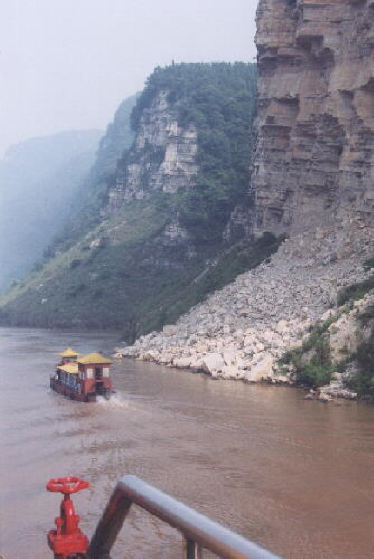 Passing a cute little boat on the Yangtze.  This was before we started spotting dead pigs in the water! (May 31, 2002)