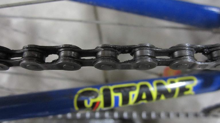 Unfortunately, despite using the Z Chain Oiler for 10 minutes, gunk still stuck to the inside of the chain.